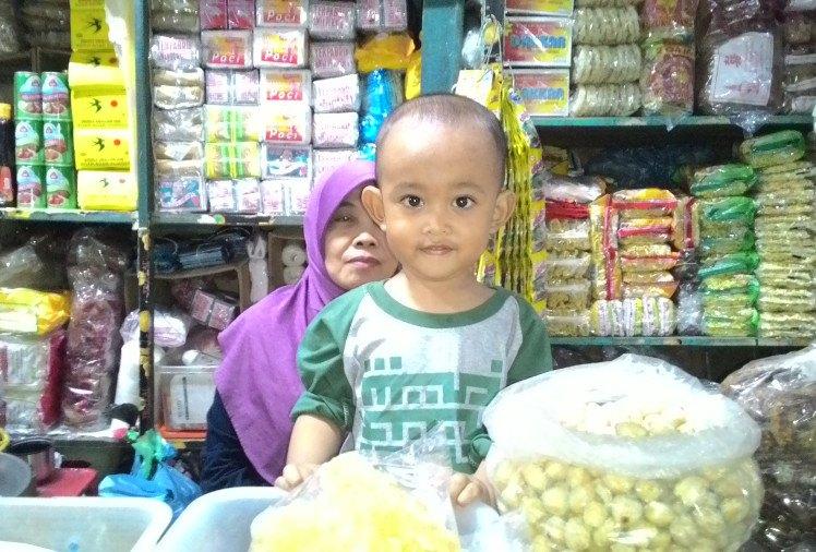 Anak Kami Bersama Nenek nya di Pasar Kotagede