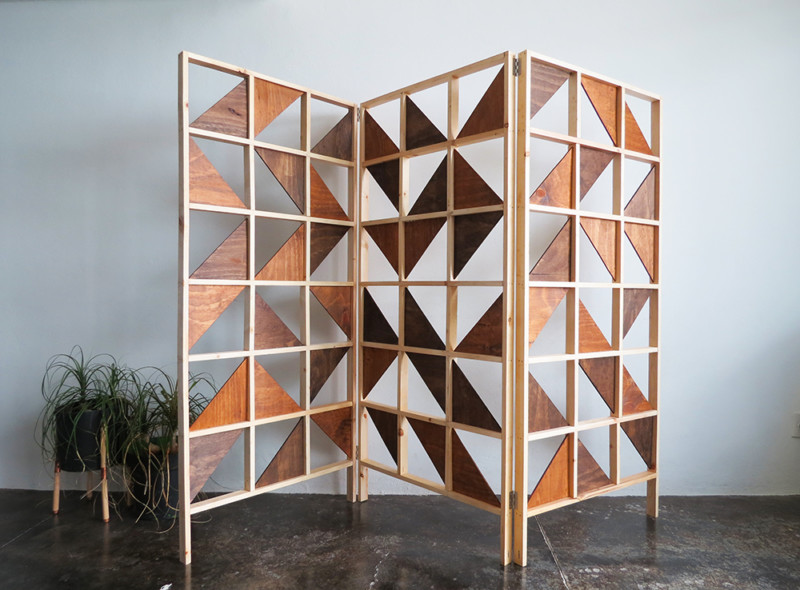 Sekat ruangan geometris dari kayu bekas, sumber morningchores.com