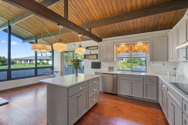 Dapur dengan warna meja abu-abu, unsplash @im3rdmedia