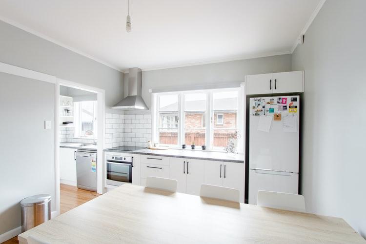 Dapur sederhana dengan warna lembut, unsplash @inkyhills